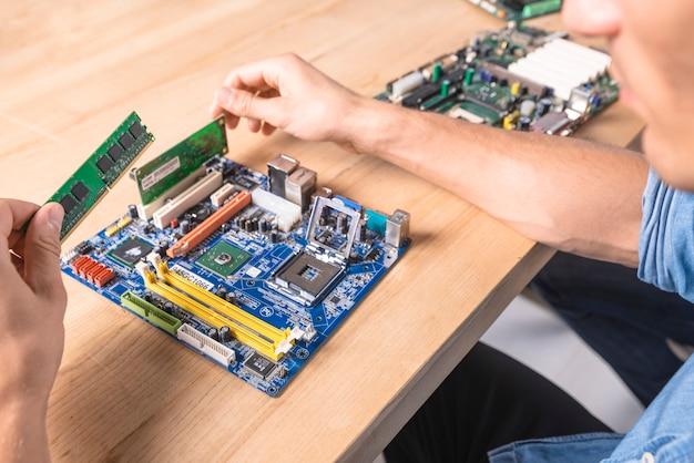 エンジニアがramメモリモジュールをマザーボードに搭載 無料写真