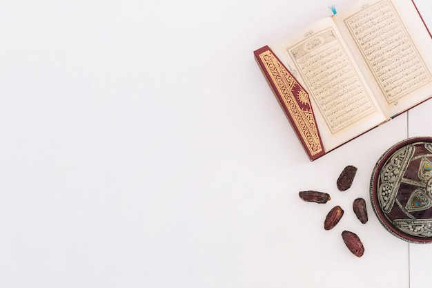 Ramadan composition with quran and dates Free Photo