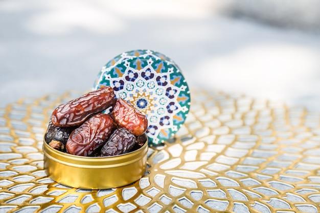ラマダンの概念とイスラムのパターンコンテナー内の日付 Premium写真