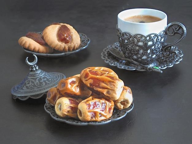ラマダンデイトスイーツ。 el fitr islamic feastのクッキー Premium写真