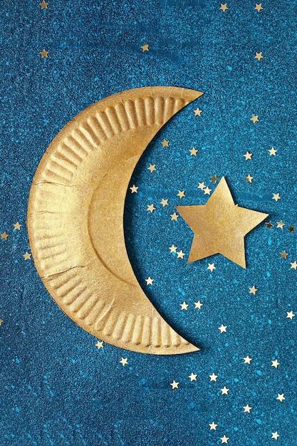 金の三日月と星とラマダンカリームの背景。 Premium写真