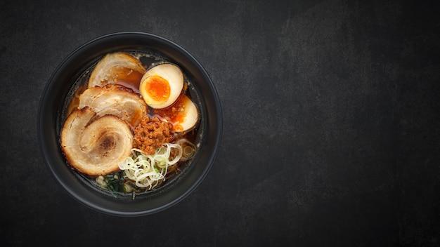 Суп рамен с лапшой Premium Фотографии