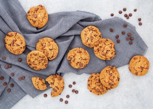 Disposizione casuale di biscotti e gocce di cioccolato Foto Gratuite