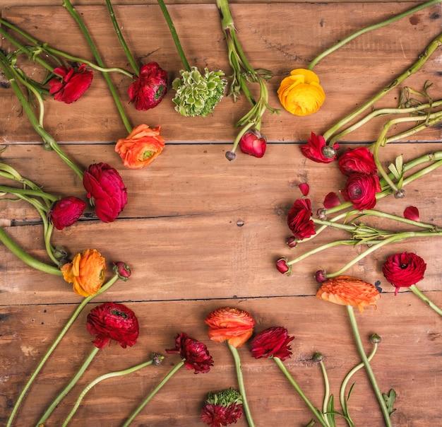 木製の赤い花のranunkulyusブーケ 無料写真
