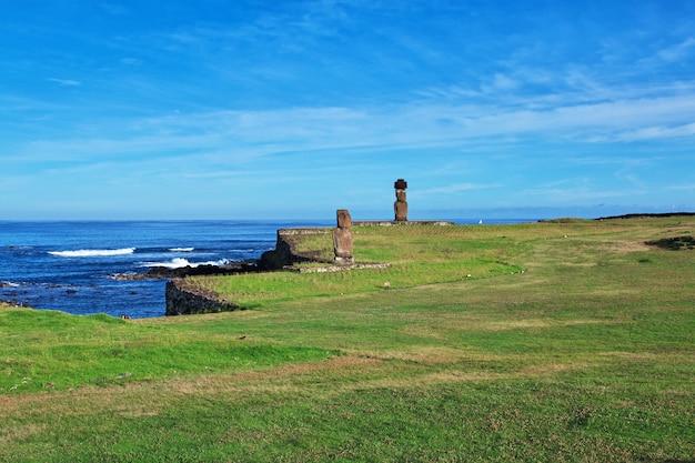 Rapa nui. статуя моаи в аху тахай на острове пасхи, чили Premium Фотографии