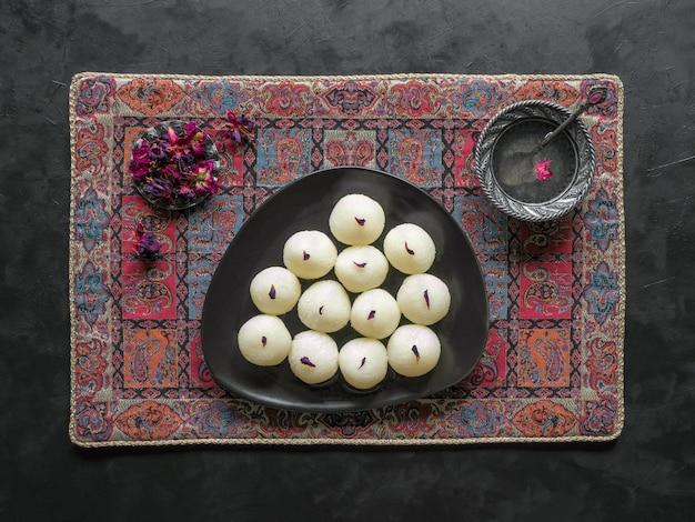 インドの伝統的な甘いrasgulla、クローズアップ、コピースペース Premium写真