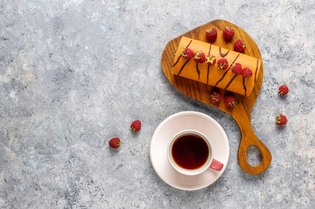 新鮮なベリーとラズベリーケーキのロール。 無料写真