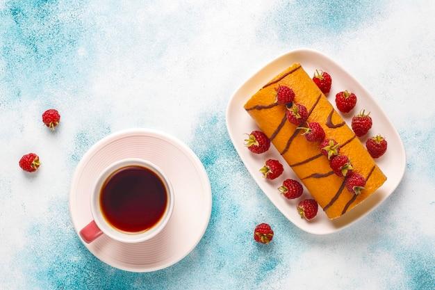 Rotolo di torta di lamponi con frutti di bosco freschi. Foto Gratuite