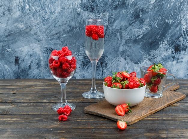 クリスタルガラスのラズベリーとボウルのイチゴ 無料写真