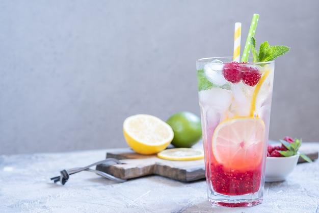 ラズベリーレモネード。アイス夏の飲み物。 Premium写真
