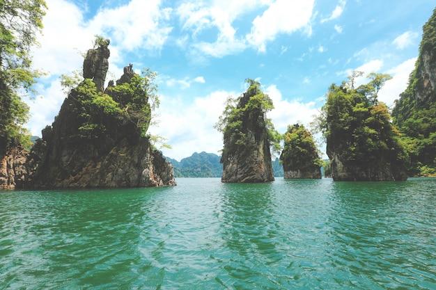 岩山と湖、ratchaprapaダム、khoa sok国立公園、スラートターニー、タイ。 Premium写真