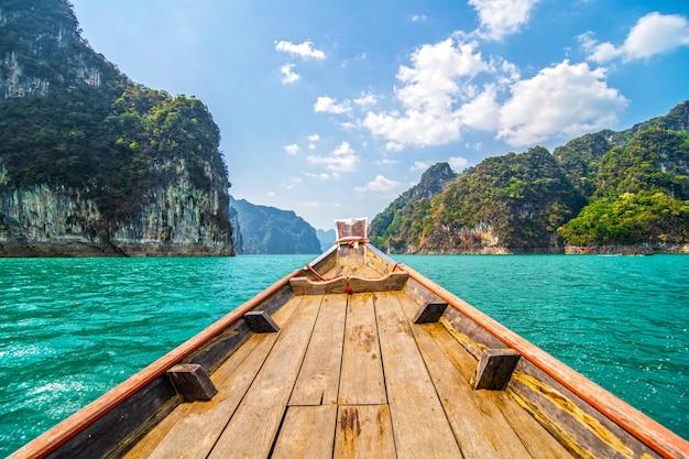 Красивые горы в плотине ratchaprapha в национальном парке као сок, провинция сурат тани, таиланд Бесплатные Фотографии