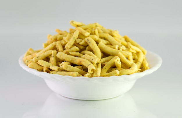 Ratlami sev:ひよこ豆のスナックとクローブのパンチ。 Premium写真