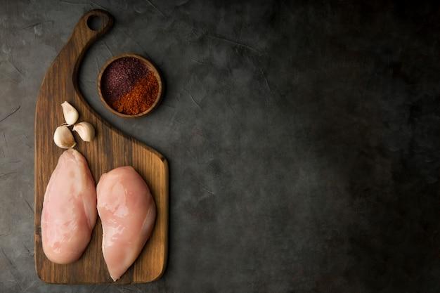 마늘과 향신료를 곁들인 생 닭 가슴살 무료 사진