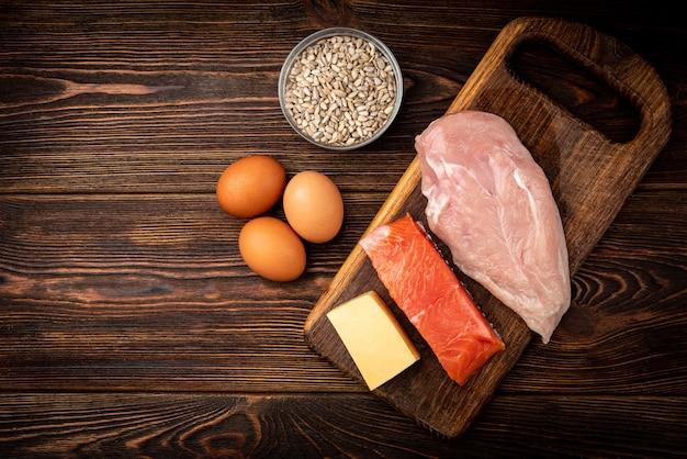 生の鶏ササミ、魚、チーズ、卵、ヒマワリの種 Premium写真