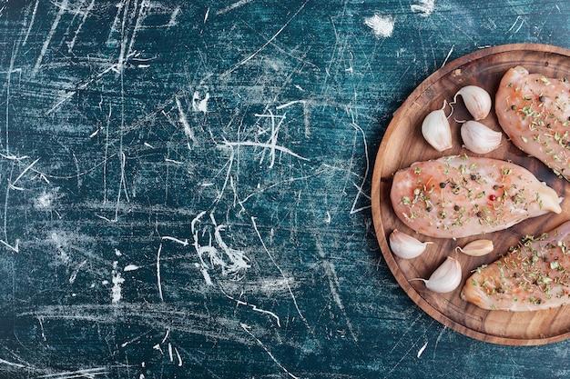 Сырое куриное филе со специями и чесноком. Бесплатные Фотографии