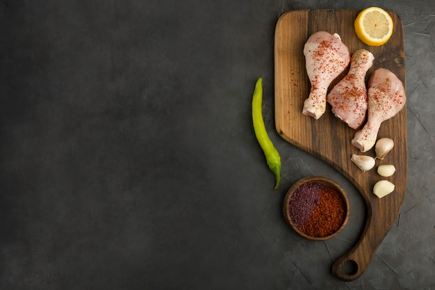 Сырые куриные окорочка с лимоном и специями Бесплатные Фотографии
