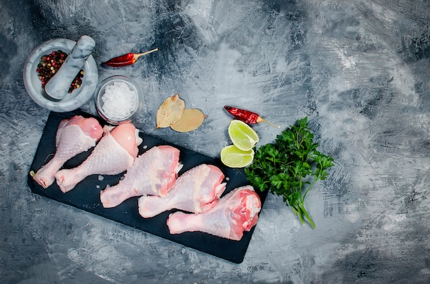 Raw chicken legs with spice Premium Photo