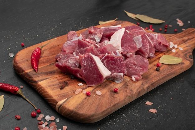 Сырое нарезанное филе ягненка, мясо кубиками баранины Premium Фотографии