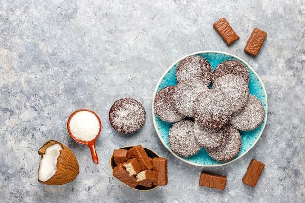 生の自家製ビーガンチョコレートココナッツデザート。健康的なビーガンフードのコンセプトです。 無料写真