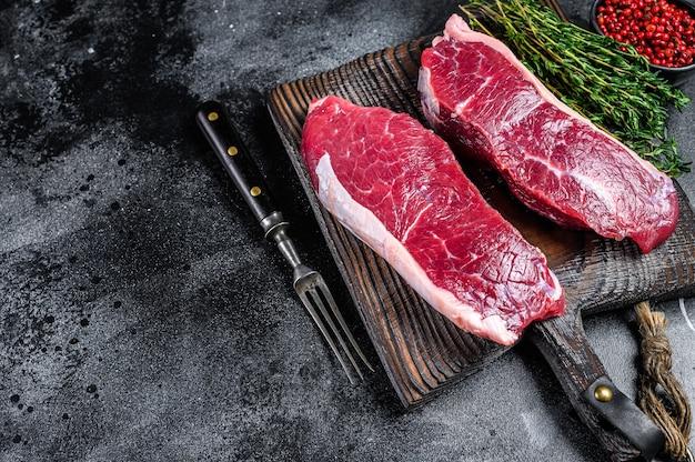 Стейк из сырого мяса мраморной говядины Premium Фотографии