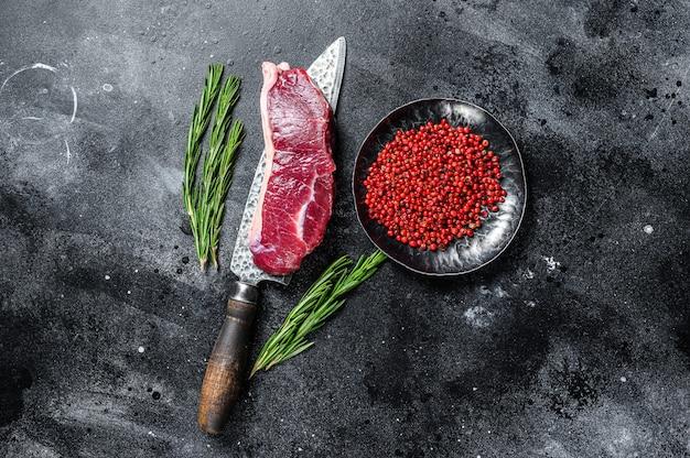 Стейк из сырого мяса мраморной говядины на ноже Premium Фотографии