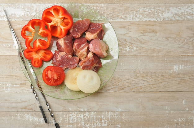Shashlik- 요리를위한 생고기 조각으로 잘라 프리미엄 사진