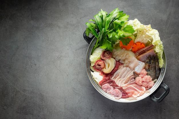 Carne cruda e verdura fresca per il menu shabu hot pot Foto Gratuite