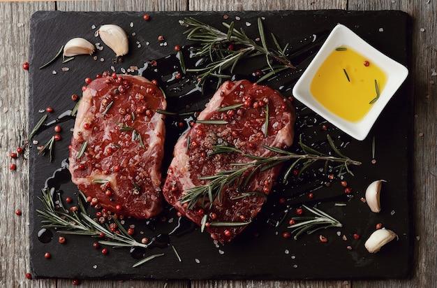 Carne cruda con erbe e spezie Foto Gratuite