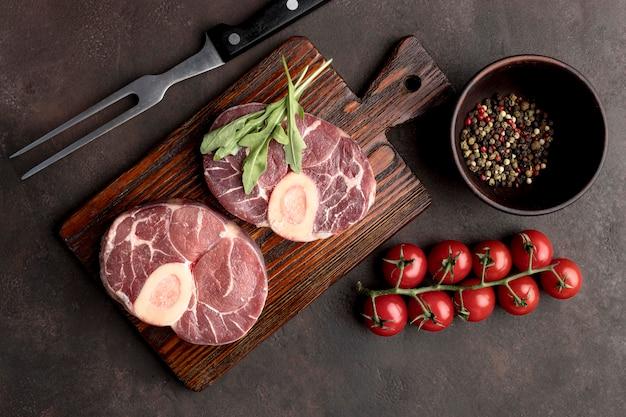 Сырое мясо с овощами Premium Фотографии