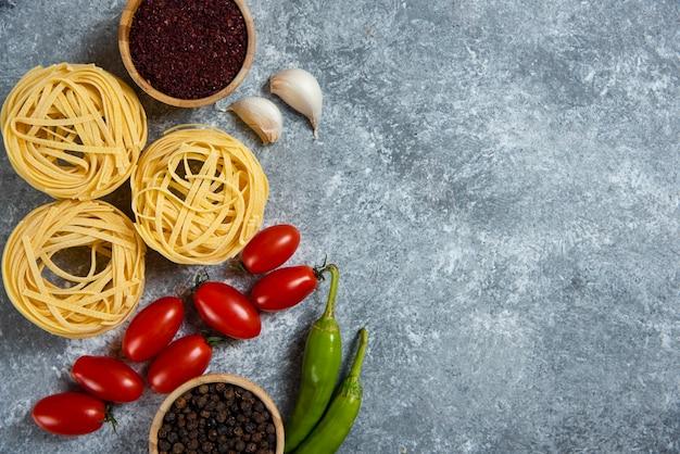 Сырые макаронные изделия гнезда со специями и овощами. Бесплатные Фотографии