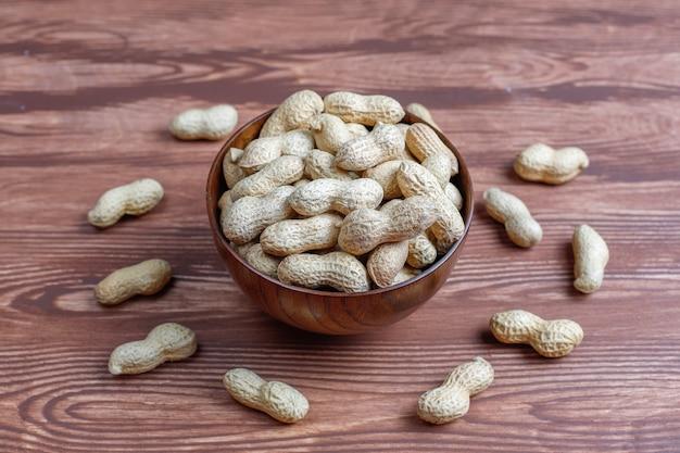 殻付きの生の有機ピーナッツ。 無料写真