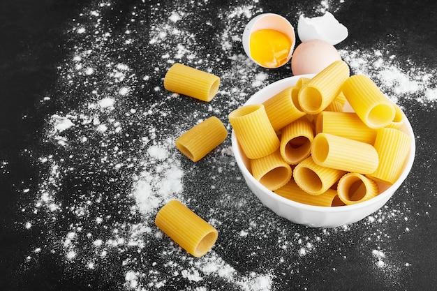 Пенне сырых макаронных изделий в белой чашке. Бесплатные Фотографии