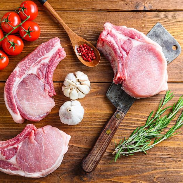 Отбивные из сырого свинины с зеленью Premium Фотографии