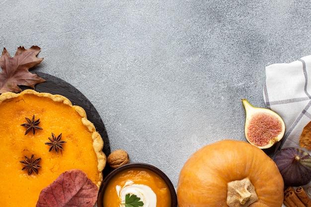 Сырая тыква и пирог копируют пространство Бесплатные Фотографии