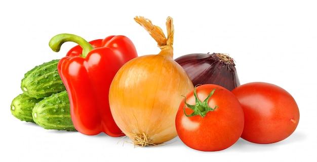 白い背景に分離された生のサラダ野菜(トマト、ピーマン、タマネギ、キュウリ) Premium写真
