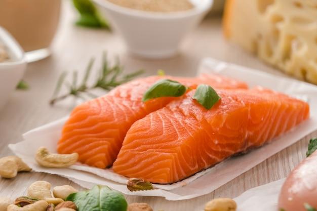 Сырой стейк из лосося. концепция здорового и белкового питания Premium Фотографии