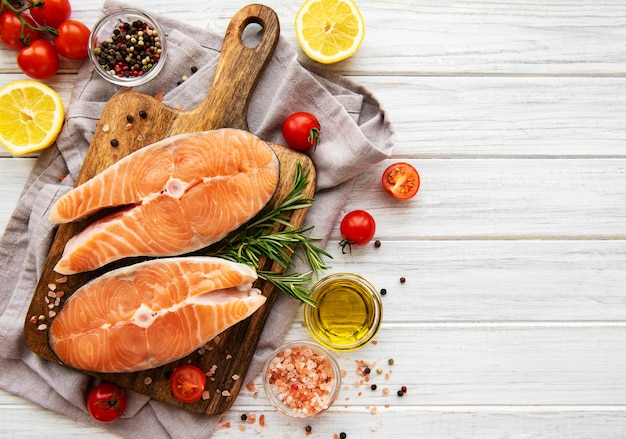 Raw salmon steaks Premium Photo