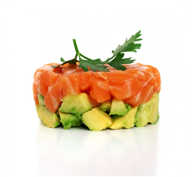 Тартар из сырого лосося, тартар из форели или татарская красная рыба Premium Фотографии