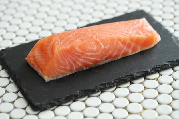 Сырой лосось с розовой солью и розмарином Бесплатные Фотографии