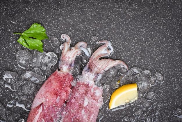 Сырой кальмар на льду Premium Фотографии
