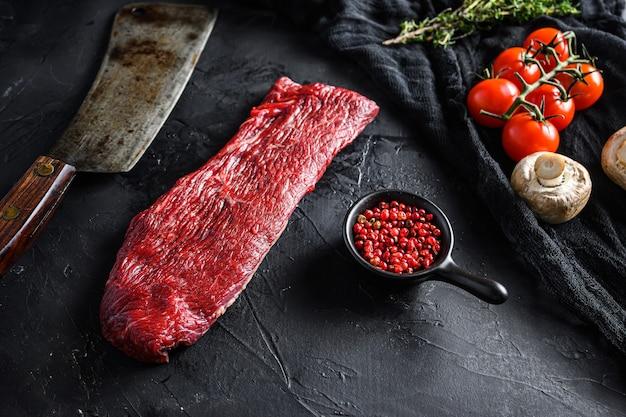 Сырой жареный треугольник или трехконечный стейк из говядины Premium Фотографии