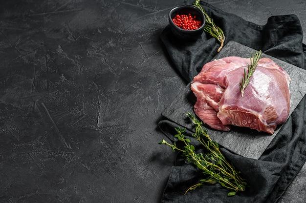 원시 터키 허벅지 등심. 농장 에코 고기. 어두운 배경. 평면도. 프리미엄 사진