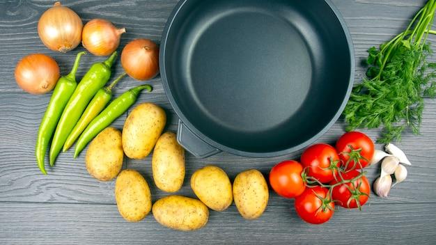 Сырые овощи перед приготовлением для жарки и тушения на сковороде Premium Фотографии