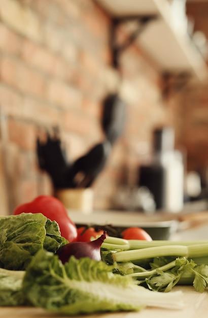 Verdure crude su tavola di legno Foto Gratuite