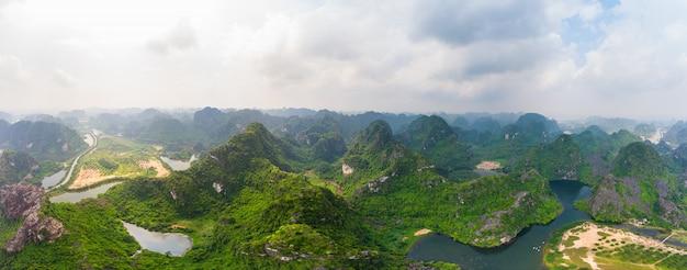 ニンビン地域、トランの観光名所、ユネスコ世界遺産、ベトナムのカルスト山脈をrawう風光明媚な川の空撮、旅行先。 Premium写真