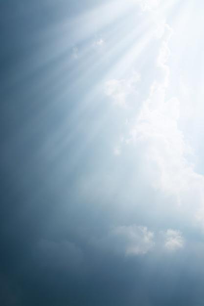 雨が降る前に暗い雲の中から光線が入ります Premium写真