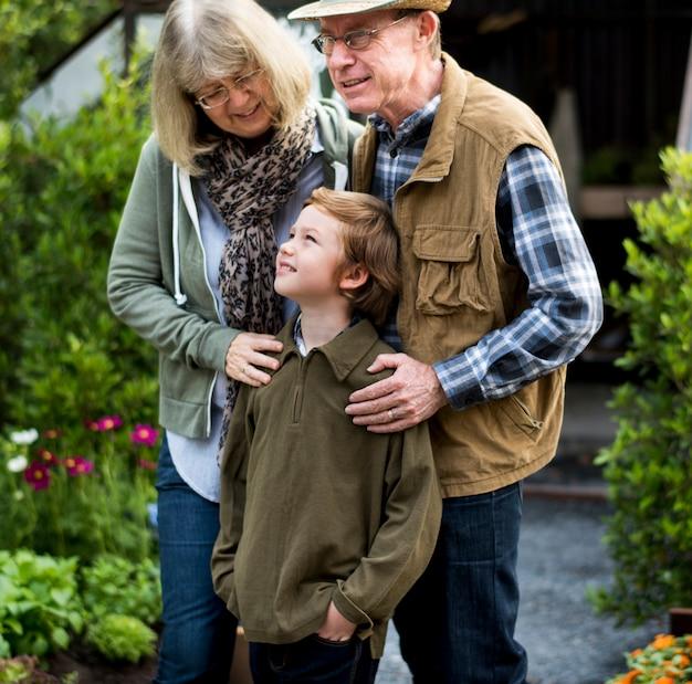 セニオrcoupleと小さな男の子の家庭で庭を裏庭 Premium写真
