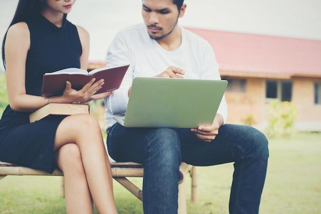 Leggere l'apprendimento conoscenza dell'istruzione asiatica Foto Gratuite