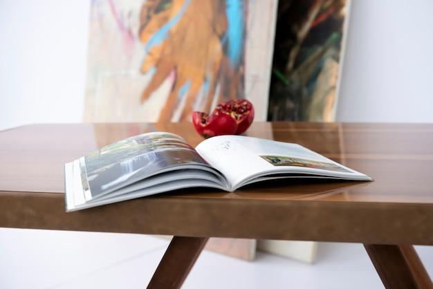 本を読んで、エポキシ樹脂を使った豪華な手作りの栗のテーブルでコロナ中に興味を広げましょう。 Premium写真